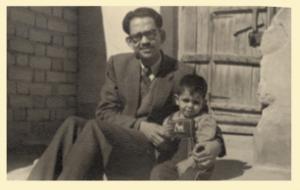 المؤلف مع ابنه البكر نادر أبو الجبين في ساحة المنزل بحي القبلة (براحة عباس) الكويت 1952