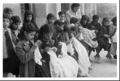 المدرسة اعتدال أبو الجبين مع تلميذاتها في حصة الخياطة في المدرسة القبلية للبنات . الكويت 1949