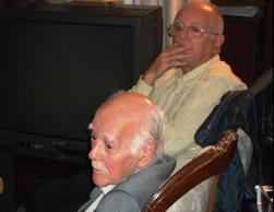 صورتان حديثتان لأقدم أربعة من الفلسطينيين الذين منحوا الجنسية الكويتية (التقتطا في منزل خيري الدين أبو الجبين في منطقة حولي بالكويت – فبراير 2012 : في الصورة الثانية: المرحوم حيدر الشهابي ويظهر في الصورة ابنه وفا