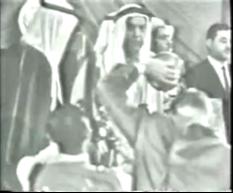 صاحب السمو الشيخ عبد الله السالم (أبو الدستور) عند إعلان الإستقلال ويظهر الى جانبه سكرتير سموه وهو هاني القدومي صديق المؤلف الذي رافقه عند وصولهما الى الكويت في 8/11/1948