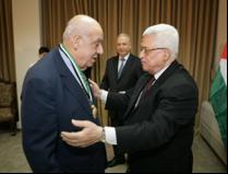عبد المحسن القطان يتسلم وسام نجمة الشرف الفلسطينية من الرئيس الفلسطيني محمود عباس
