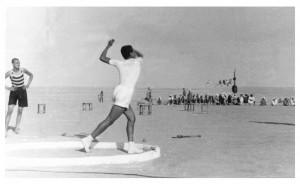اللاعب علي ناصر يرمي الرمح في اليوم الرياضي المدرسي الكويت 1951