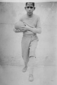 المؤلف في حي النزهة بيافا عام 1934