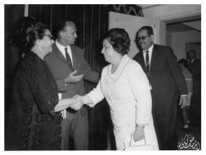 المؤلف مع زوجته السيدة سهام عياد في حفل أقامته السفارة المصرية بالكويت لتكريم السيدة أم كلثوم ويظهر في الصورة السفير المصري سميح أنور- الكويت - 1966