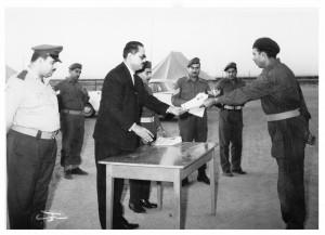 المؤلف يسلم أحد المتدربين شهادة التخرج من الدورة الرابعة للتدريب على السلاح ويظهر في الصورة شكري أبو غربية الضابط بجيش التحرير الفلسطيني الكويت - 1966
