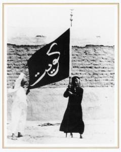 صبي كويتي يرفع علم الكويت القديم