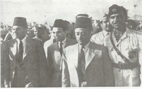 الدكتور يوسف هيكل في الوسط مع أحمد الشقيري وجمال الحسيني (الحزب العربي) في الطريق الى لقاء جماهيري في يافا.